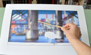 Holding the pencil extender this way, one achieves a very light loose stroke.