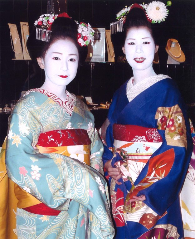 Lucy's photo of Ichifuku-san and Ichino-san, Maiko of Pontocho, in October 2008.