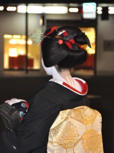 A chance to study sakkou hairstyle and the intricacy of obi design as Satsuki waits to cross Shijo dori.