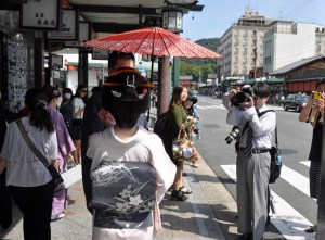Back on Shijo-dori. Passers-by show their delight.