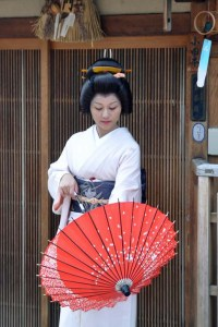 Katsutomo-san folded and unfolded her wahigasa a few times just here to give us photographic opportunities.