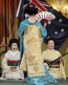 Hinagiku sings the Gion Kouta (Song of Gion). Miyako plays shamisen. Obi-view of Tomitae.