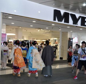 As their performance is not until 12 noon, the Maiko and Geiko have time to explore their immediate environment. Myers Department Store is the coolest place to head to as its air conditioning is a great relief. Onlookers are amazed!