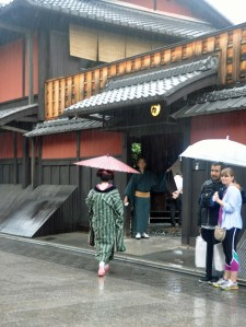 As opposed to the previous photo, these tourists, while they also wait at the entrance to Ichiriki, they look on with admiration and respect.