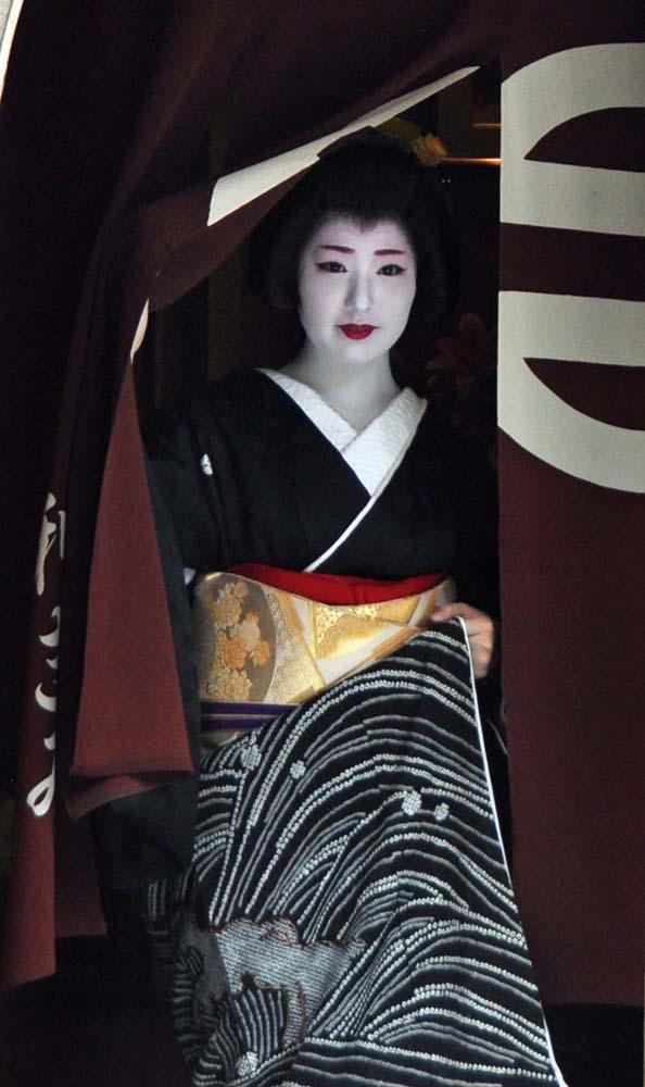 Kimihiro steps out of her okiya.