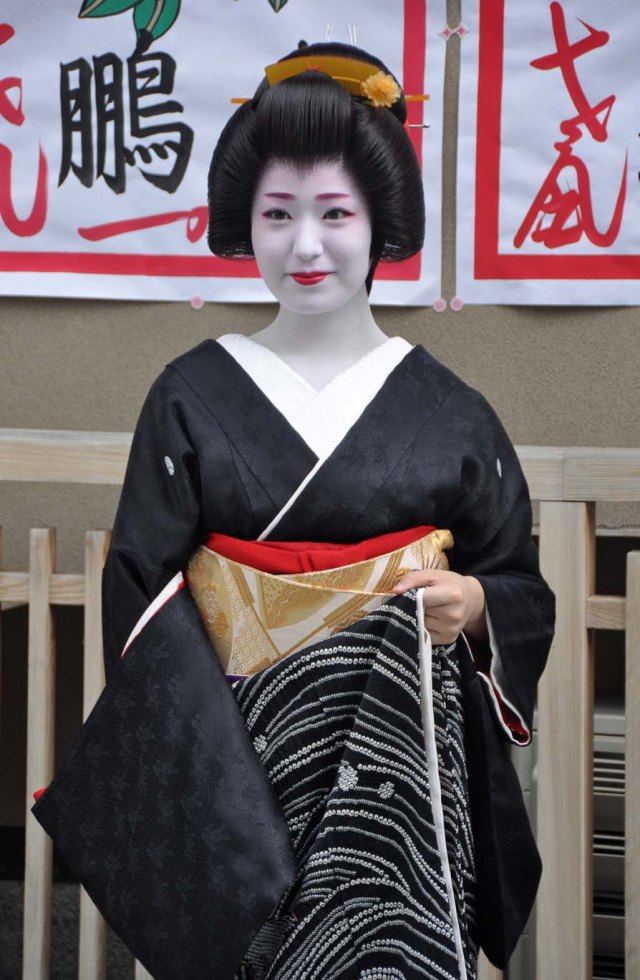 Kimihiro outside her okiya.
